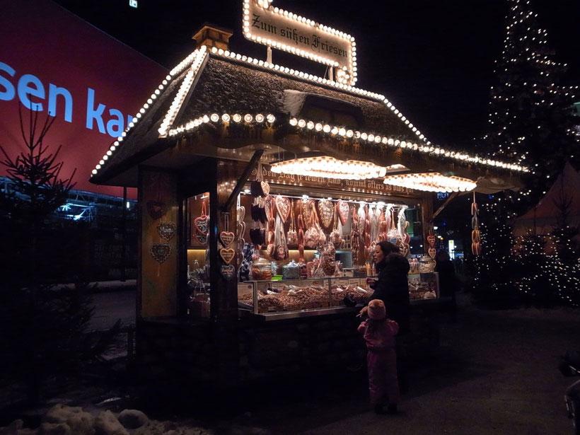 甘いナッツやハートのレーブクーヘン(シナモン入のケーキとビスケットのあいだくらいのかたさのお菓子の屋台、甘香ばしい匂いが〜。
