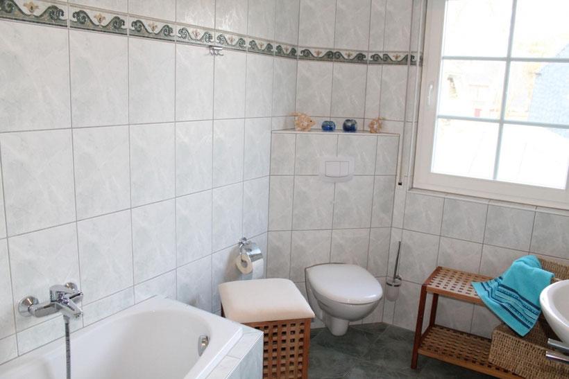 Prerow | Ferienwohnung Buchentraum 1/4 - Bad 1 mit Badewanne, WC und Handtuchtrockner