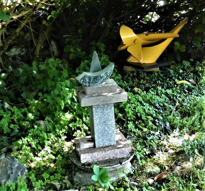 Deux sculptures dans le jardin du Presbytère