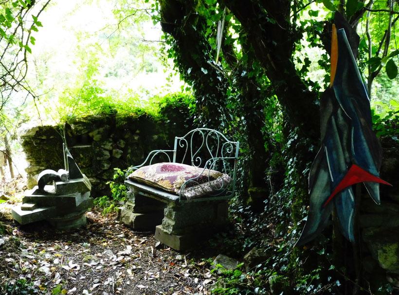 le canapé de granit du fond du jardin