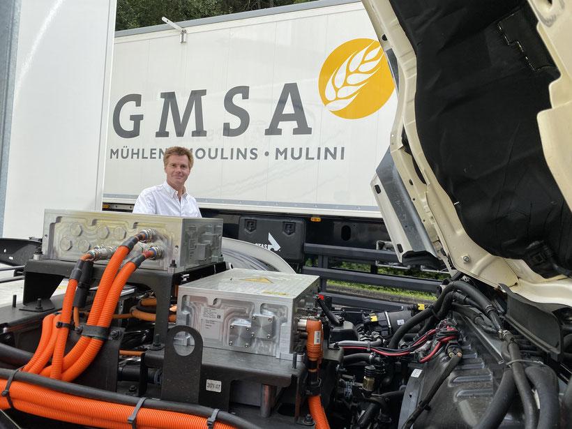 Transport und Logistikleiter Jean Michel Blaser vor dem neuen Scania BEV Antrieb