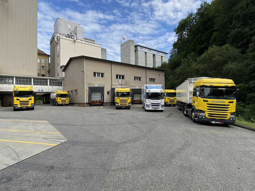 Scania Flotte und der neue Scania BEV vor dem Hauptgebäude