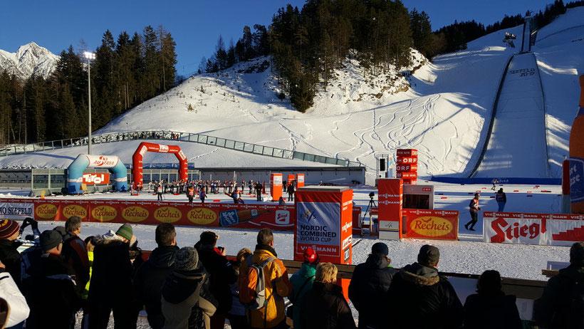 Der Langlauf-Start am ersten Tag des Nordic Combined Triples 2017 in Seefeld