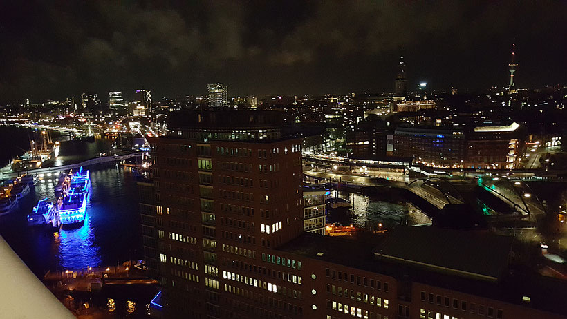 Blick auf Hafen und Stadt Hamburg von einem der Balkone der Elbphilharmonie Hamburg