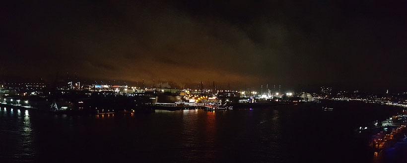 """Blick von der Plaza der Elbphilharmonie """"Elphi"""" Hamburg in Richtung Hafen bei Nacht"""