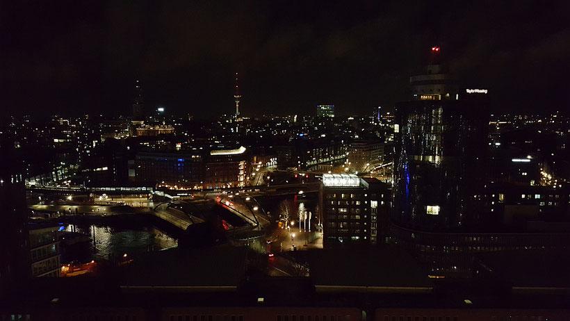 Blick auf die Stadt Hamburg von einem der Balkone der Elbphilharmonie Hamburg