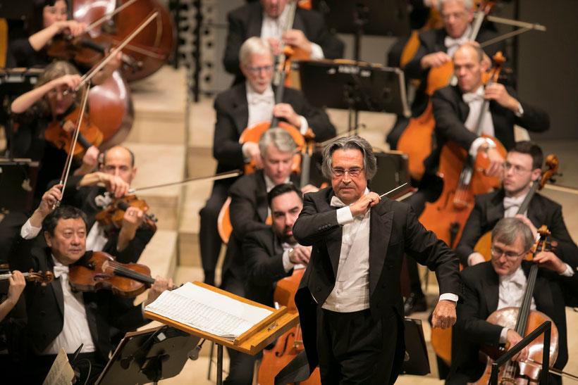 Riccardo Muti dirigiert das Chicago Symphony Orchestra im Großen Saal der Elbphilharmonie Hamburg /  © Todd Rosenberg Photography