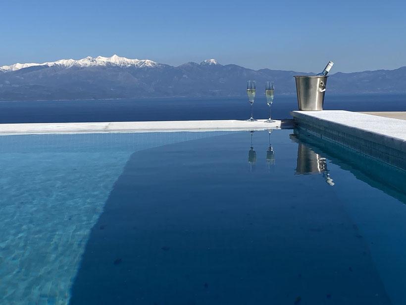 Infinity Pool mit gradiosem Blick auf das Meer. Absolute Privatsphäre. Der Pool ist nicht einsehbar.