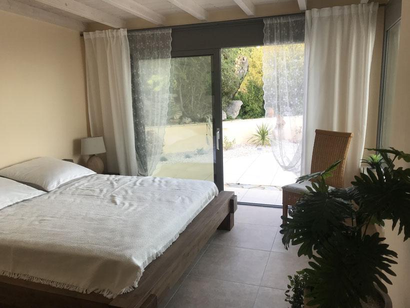 Das große Schlafzimmer mit Blick auf Pool und Meer