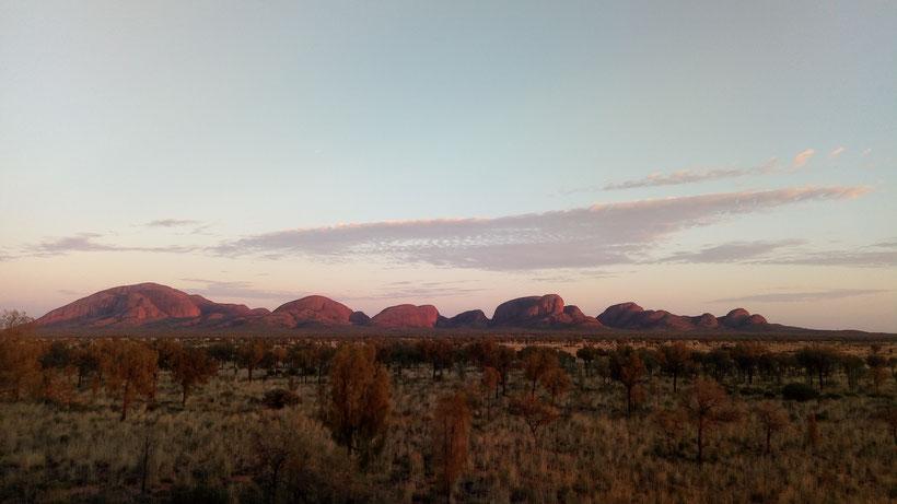 Le site de Kata Tjuta (nom anglophone : Monts Olga) au lever du soleil