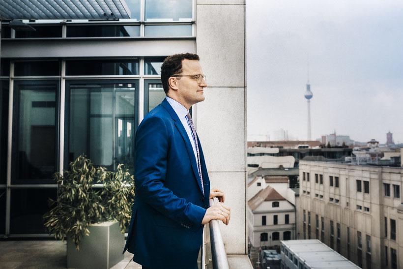 Bundesgesundheitsminister Jens Spahn vor seinem Büro in Berlin | © Anne Hufnagl