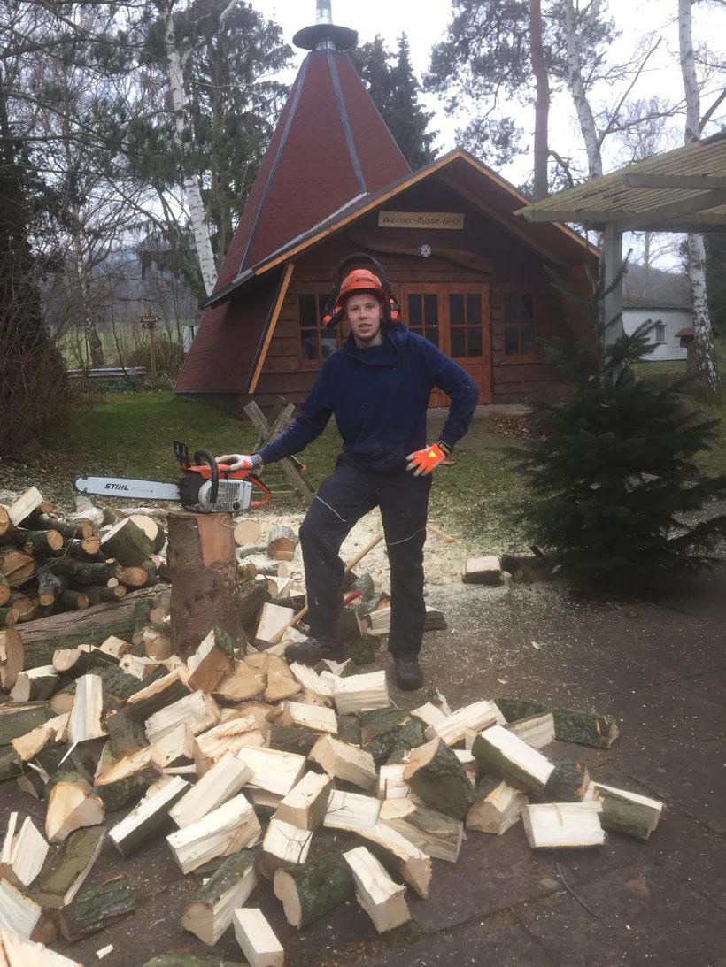 Tobias Gleim beim Brennholz machen