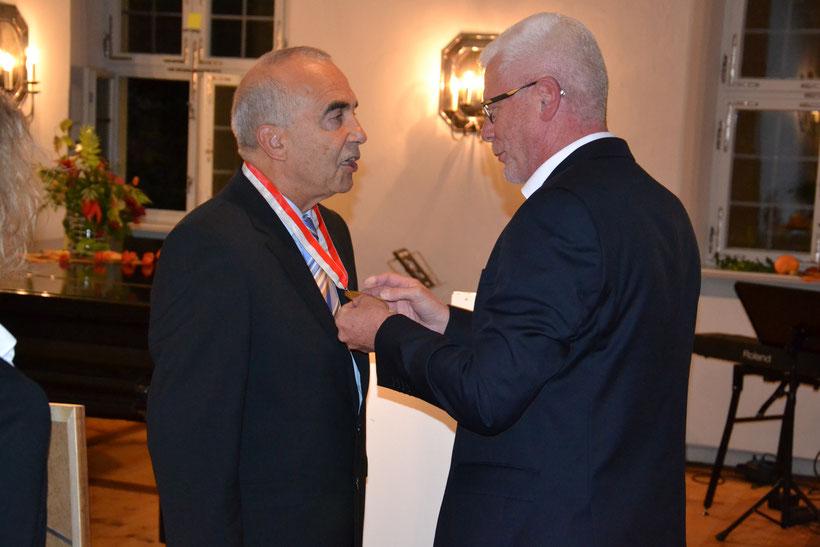 OKR Vorsitzender Georg Schmitt verleiht die Bürgermedaille an Johann Kröner