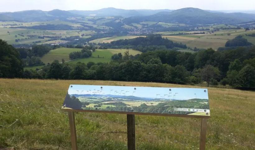 Eine der Panorama-Tafeln des Rhönklubs Gersfeld dam Fuße der Eube