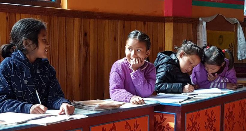 Die Mädchen des Kinderheims Sikkim beim Lernen