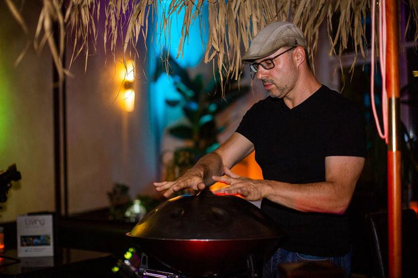 Hochzeitssänger Steven Morrys mit Handpan schafft Atmosphäre auf Ihrer Hochzeitsfeier