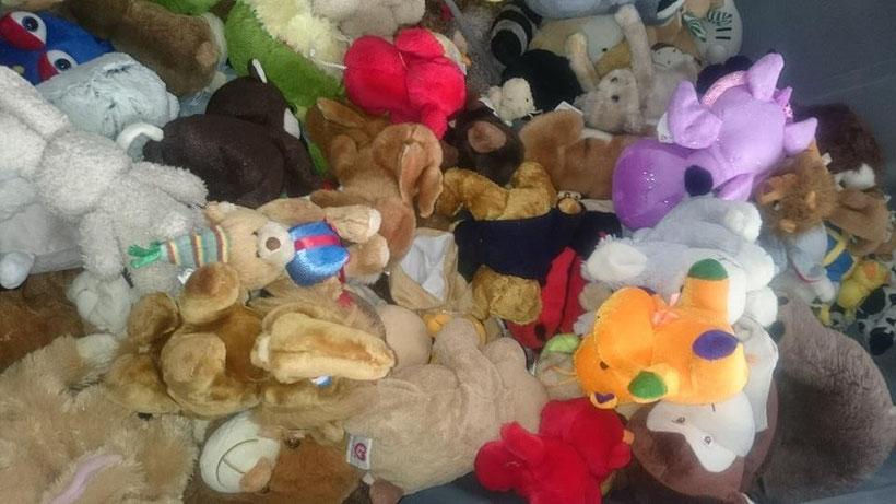 Gespendete Teddybären zur Reinigung