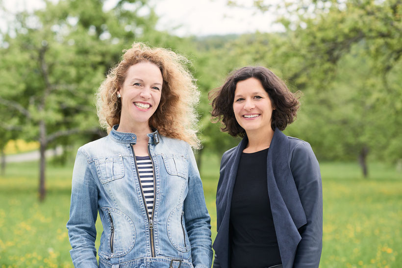 Im Bild stehen Peggy Wandel und Corinna Spitzbarth auf einer Streuobstwiese in Mössingen