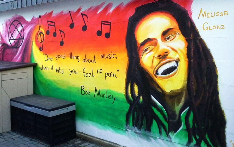 Eine Garagenwand verfeinert mit Bob Marley und Him