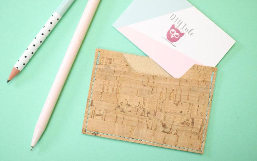 Last-Minute Geschenkideen aus Stoffresten nähen – inkl. Jerseyreste, Lederreste und mehr. Kostenloses Schnittmuster. Lederkröbchen, Wärmekissen mit Traubenkernen, Baby-Fäustlinge, Socken nähen, Visitenkarten:Etui aus Kork, Pumphose, Greifling. DIY Eule