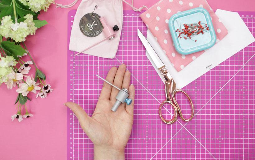 Zuschneidehilfe einfach Karl: Nie wieder Nahtzugabe anzeichnen. Das Näh-Gadget wird mit einem starken Magneten an der Schere angebracht. Das Schnittteil kann dann direkt ohne angezeichnete Nahtzugabe zugeschnitten werden. Anleitung & Tricks von DIY Eule.