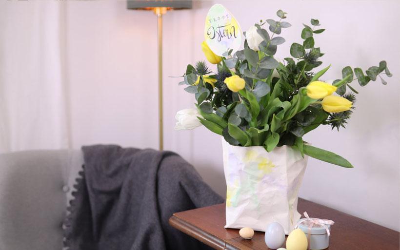 [Werbung] 2 DIYs für Ostern: Vasenüberzug und Strauß-Topper aus SnapPap mit Aquarell und Handlettering selber gestalten.  Ausführliche Oster Bastelanleitung mit Blumen für Blumenstrauß von DIY Eule.