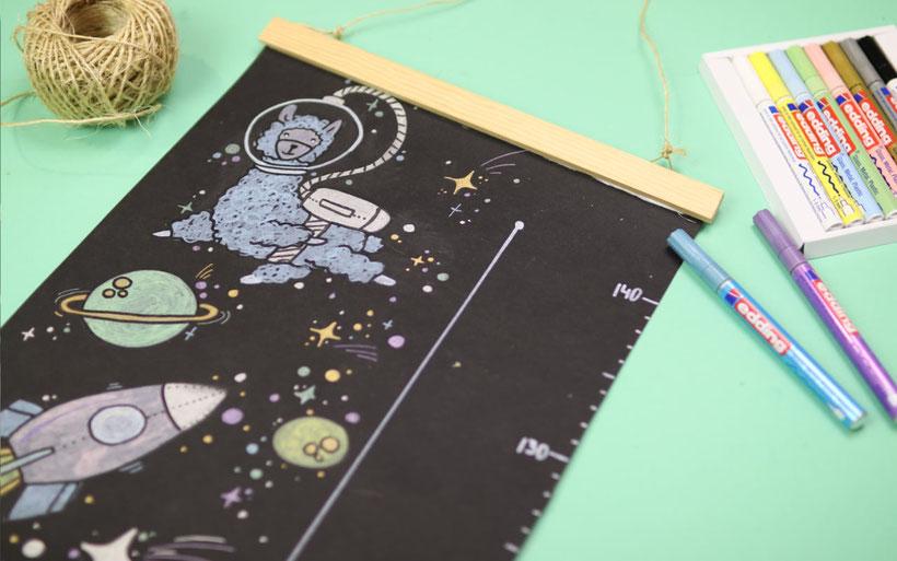 [Werbung] DIY Messleiste bzw. Messlatte für Kinder selber machen und gestalten mit den edding Glanzlack-Makern auf schwarzer SnapPap mit Posterleisten aus Holzleisten. Thema: Lamas im Weltall. Anleitung von DIY Eule.