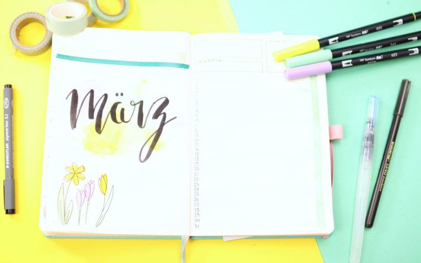 #BuJo Bullet Journal Monatsübersicht März – Monthlyspread March mit Handlettering und Brushpen. Bullet Journaling für Planer mit Frühlingsdesign. Idee und Anleitung von DIY Eule.