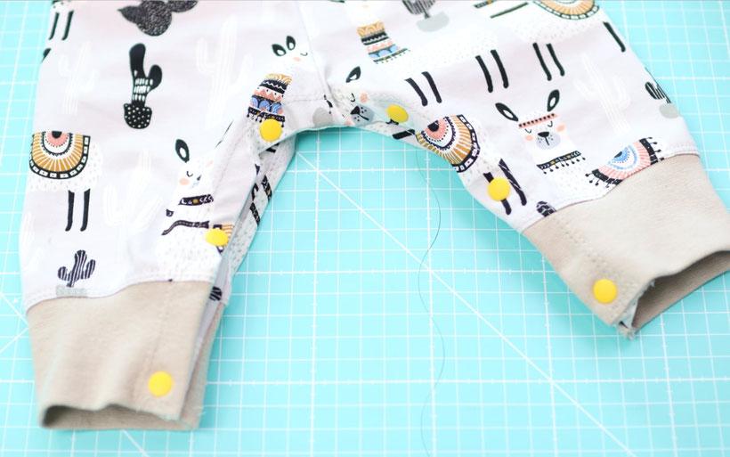 [Werbung] Pumphose nähen mit Knopfleiste im Schritt – perfekt zum Wickeln – mit kostenlosem Schnittmuster. Mit den Prym Color Snaps Mini kann man super einfach eine Knopfleiste an Pumphosen und Strampler anbringen. Nähanleitung von DIY Eule.