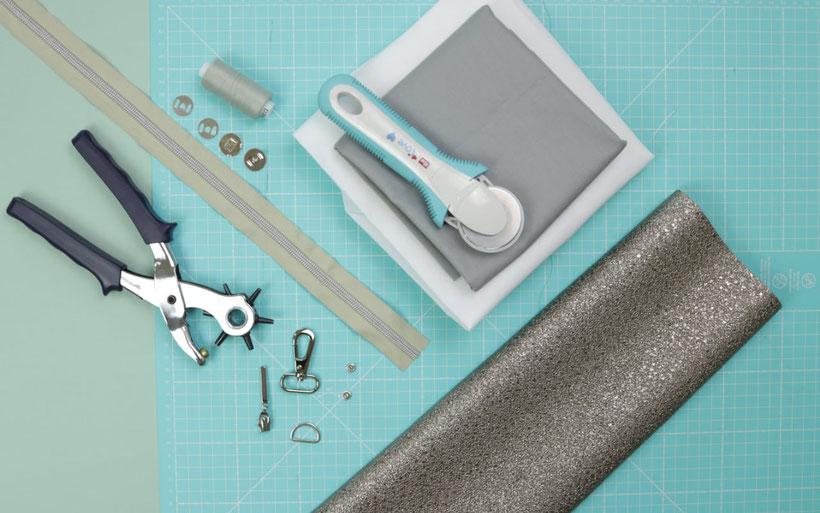 #ClutchClara aus dem #DIYeuleBuch : Nähanleitung für eine schicke und schlichte Clutch mit Riemchen und Reißverschluss. Clutch nähen ganz einfach aus einem silbernen metallic Kunstleder.  Schnittmuster und Anleitung von DIY Eule.