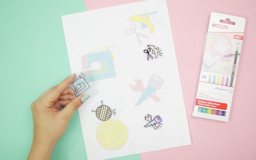 [Werbung] DIY Anstecker und Schlüsselanhänger aus Schrumpffolie mit den edding 1200 Fasermalern in Pastell aus Schrumpffolie mit kostenloser Druckvorlage als Nähmaschine, Wollknäuel, Säge und Stifte. Bastelanleitung von DIY Eule.