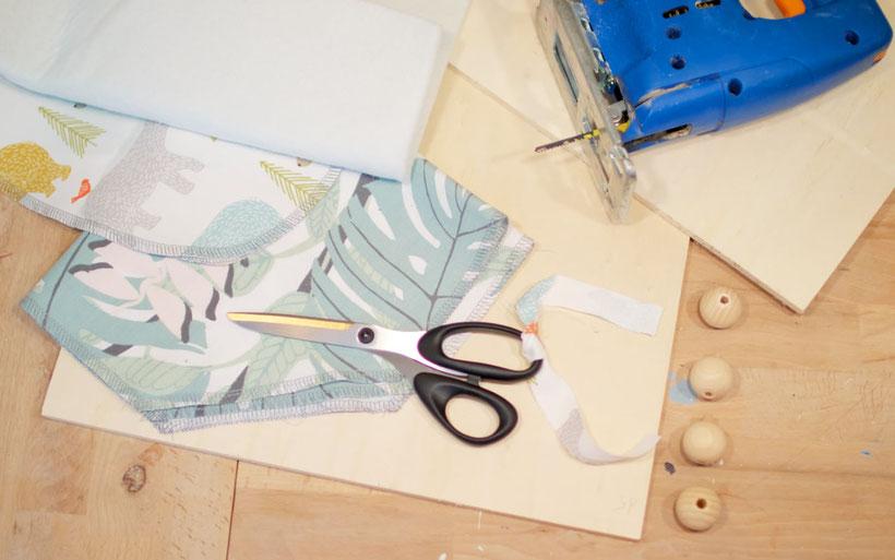 DIY Mini-Bügelbrett bauen mit Jelena: perfekt aus Stoffresten, zum Patchworken oder für Babykleidung als Ärmelbügelbrett. Anleitung von DIY Eule & Jelena.