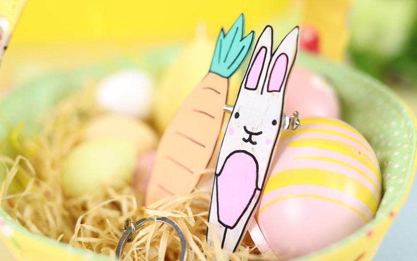 Geschenkanhänger aus Schrumpffolie selber gestalten als Ostergeschenk DIY Idee von DIY Eule