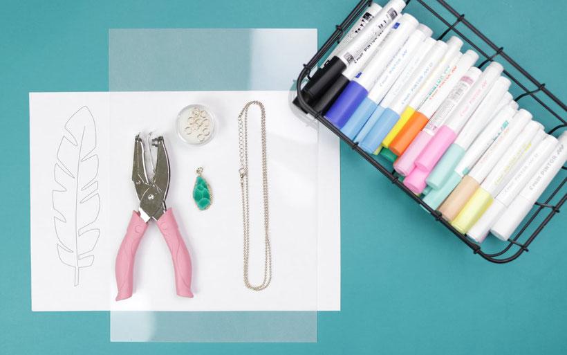 [Werbung] DIY Feder kette aus Schrumpffolie selber machen für den Sommer und das Festival mit Pintor Stiften. DIY Anleitung von DIY Eule.