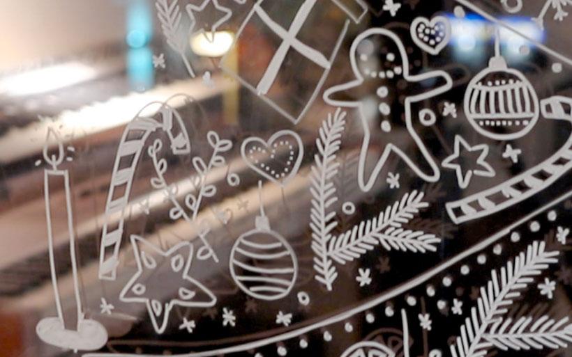 Eine tolle Alternative für den klassischen Weihnachtsbaum ist ihn einfach mit edding Kreidemarkern ans Fenster zu malen. Er ist dabei mit vielen weihnachtlichen Ornamenten ausgefüllt. Im Blogbeitrag gibt es kostenlose Druckvorlagen zum Abmalen. DIY Eule.