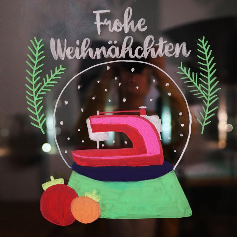 Weihnachtliche Fensterdekoration fürs Nähzimmer mit den edding Kreidemarkern und kostenloser Druckvorlage. DIY Anleitung von DIY Eule-
