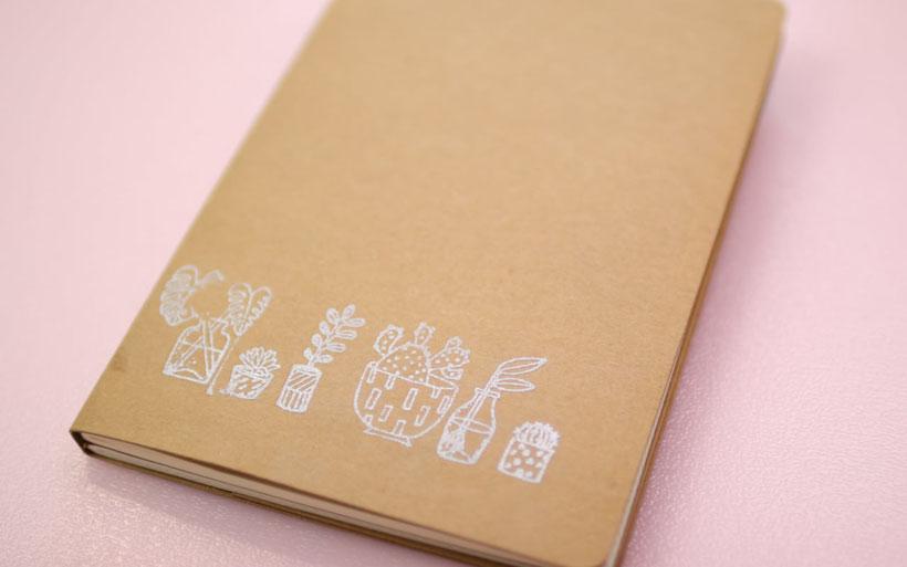 Embossing ist eine tolle Basteltechnik um einen 3D Lack Effekt auf Karten, Notizbücher und weitere Materialien zu zaubern. Das Embossing Puder wird erhitzt und schmilzt. Die Technik ist super einfach und schnell umgesetzt. Perfekt für Hochzeitseinladungen