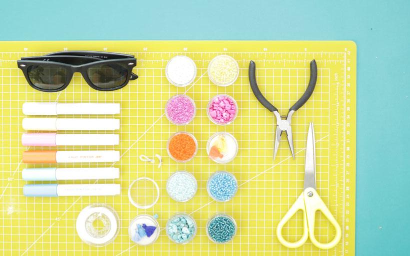 [Werbung] DIY Sonnenbrille bemalen und Brillenband mit Perlen selber machen für den Sommer und das Festival mit Pintor Stiften. DIY Anleitung von DIY Eule.