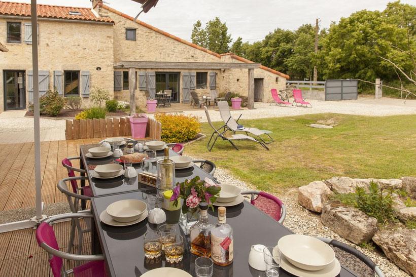 Jardin clos avec deux terrasses exposées au Sud et à l'Est. @lecorbeau-photo.com