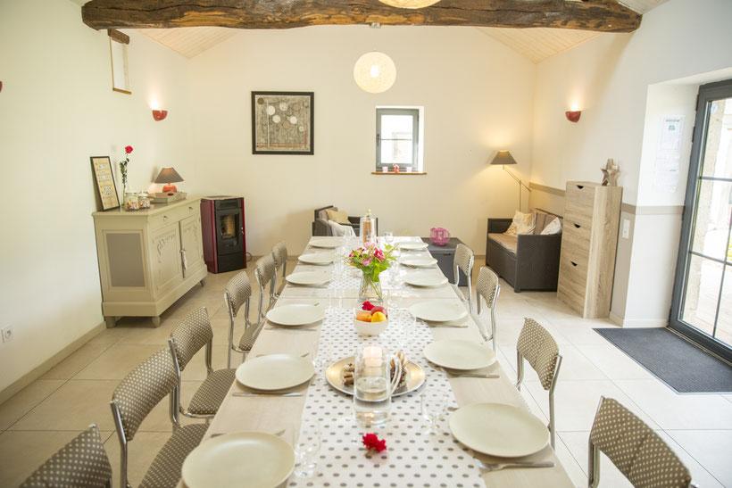salle à manger avec pierres apparentes @lecorbeau-photo.com