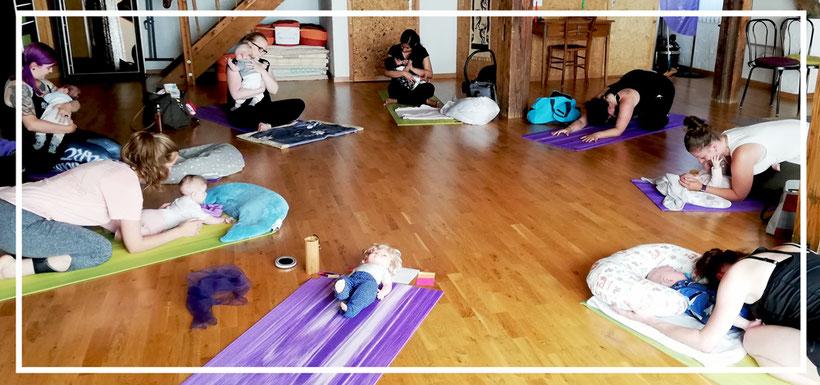 Bild: beMom Yoga_Rueckbildungs-Yoga_Rückbildung_Baby_Kind_Mama und Kind_Sundry-Yoga, Thun, Gwatt