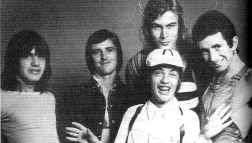 Paul Matters hinter Angus Young