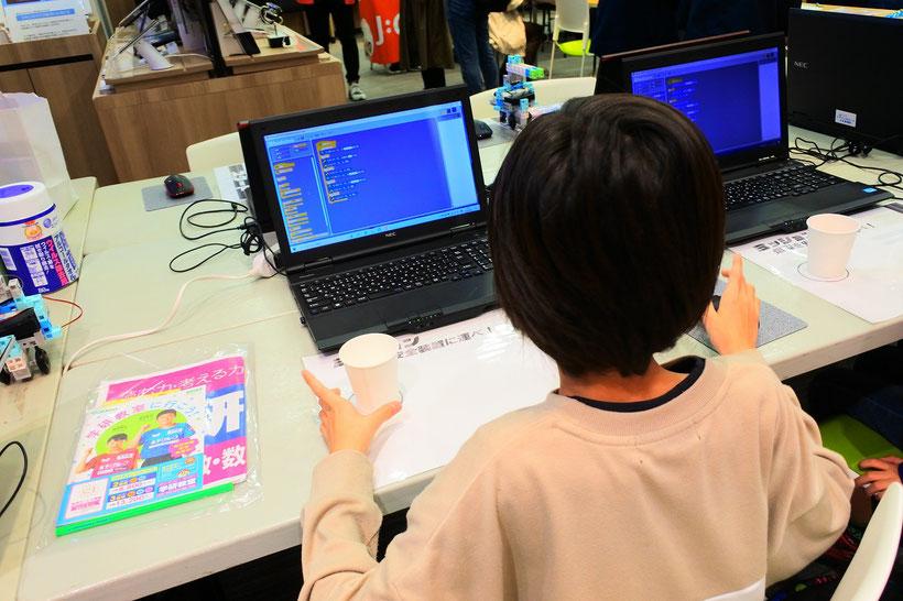 ロボットプログラミングに挑戦中の子ども1