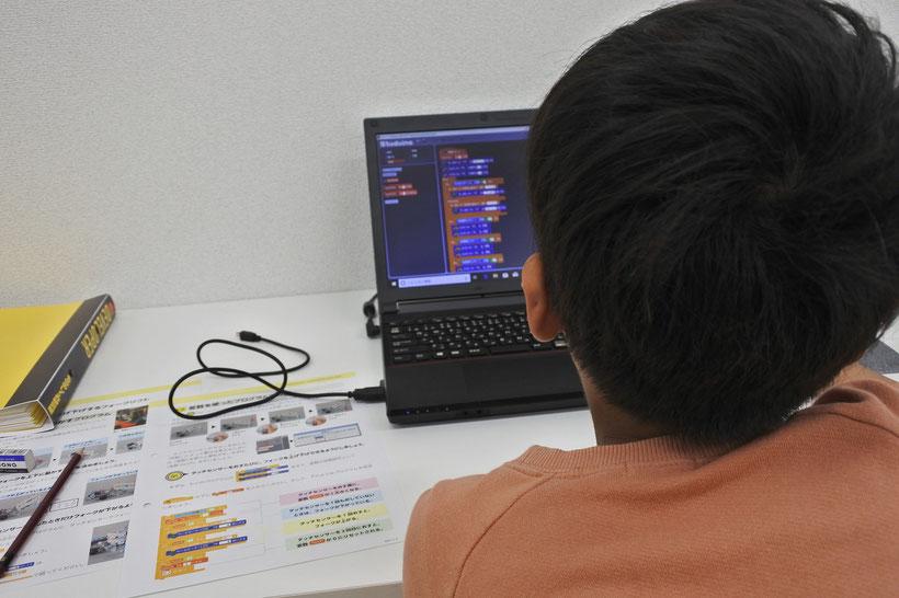 ロボットプログラミング教室「学研もののしくみ研究所」でプログラミングにチャレンジ中の子ども