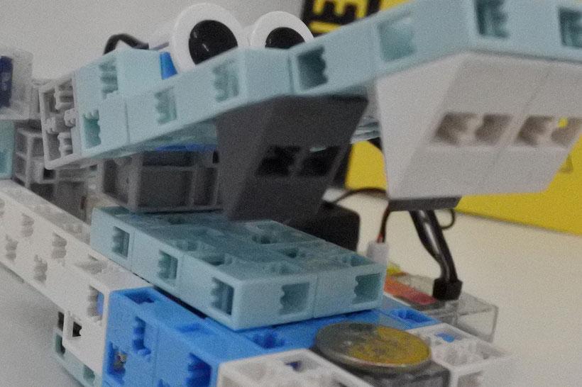 11月の課題はロボット貯金箱写真