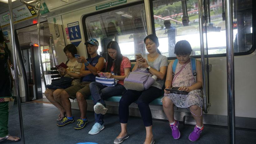 Smartphone-Zombies in Singapur - sie sind überall! Will man wirklich so leben? Von der sozialen Kälte wird uns ganz schummrig...