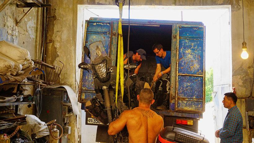 Defektes Motorrad entladen in Tashkent Trotz Vin Diesels Mithilfe bricht dabei das Nummernschild ab - ach was soll's!
