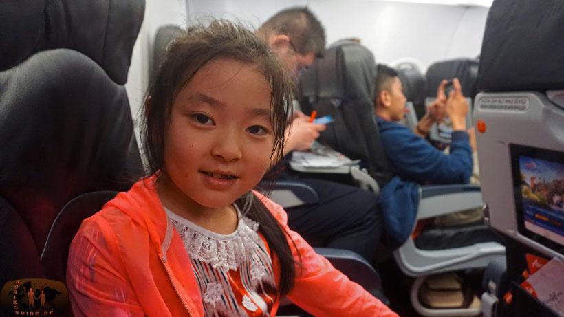 Vielleicht mal mit der Sitznachbarin im Flugzeug quatschen, anstatt das Smartphone anzustarren. Das macht glücklich :-)!
