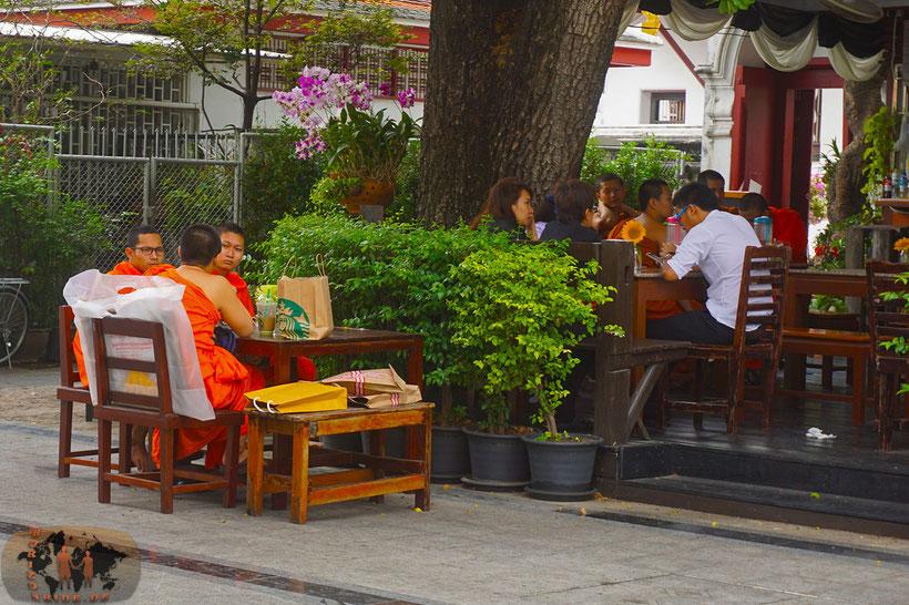 Die Starbucks Mönche: Von Spenden leben kann so angenehm sein!