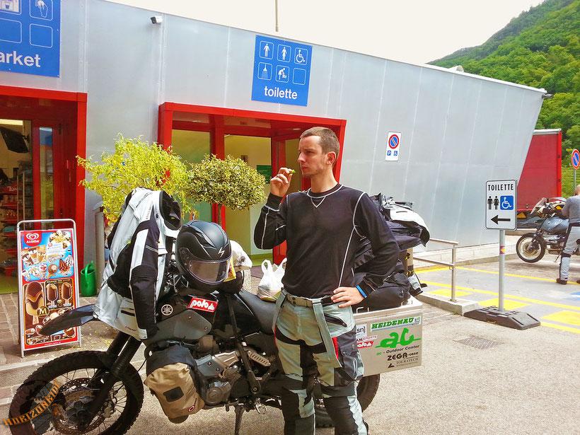 Motorrad Weltreise Pause mit bepacktem Motorrad